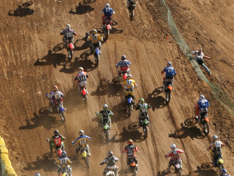 После крутого трамплина лидер гонки приземлился прямо на спину болельщику, после чего по нему проехали еще несколько мотоциклистов