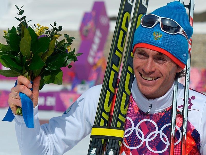 Максим Вылегжанин (Россия), завоевавший серебряную медаль в масс-старте на соревнованиях по лыжным гонкам среди мужчин на XXII зимних Олимпийских играх в Сочи, во время цветочной церемонии, 23 февраля 2014 года
