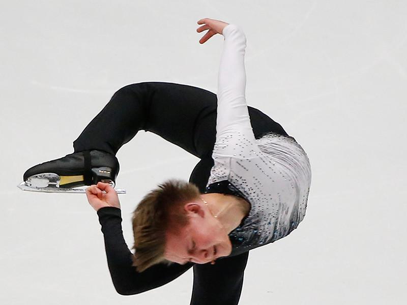 Россиянин Михаил Коляда занимает первое место после короткой программы на третьем этапе серии Гран-при по фигурному катанию, который стартовал в китайском Пекине