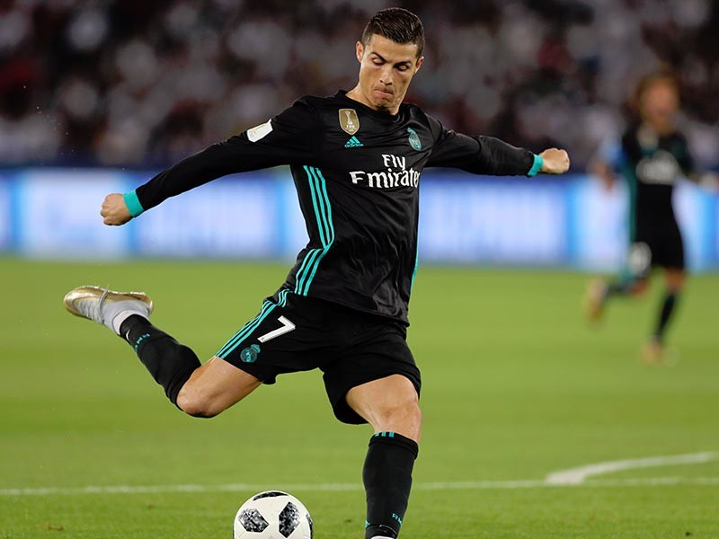 """Португальский нападающий """"Реала"""" Криштиану Роналду попросил мадридский футбольный клуб продать его, при этом установив цену для потенциальных покупателей не более 100 миллионов евро"""
