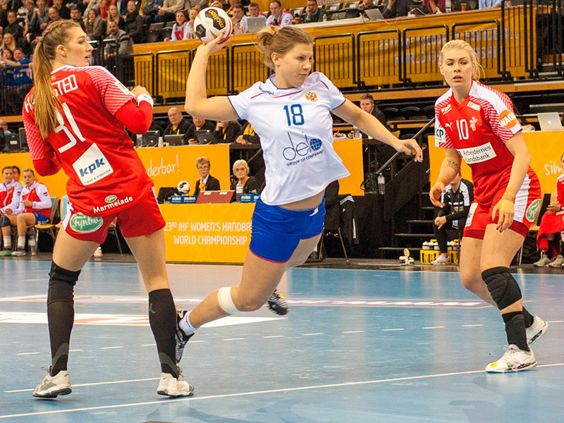 Гандболистки сборной России победили команду Дании и вышли в плей-офф чемпионат мира с первого места в группе, выиграв все пять матчей