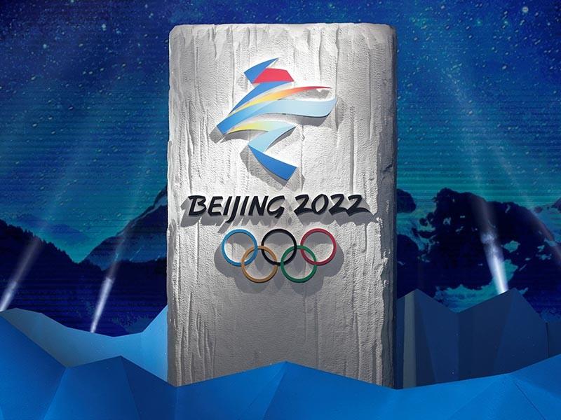 Эмблема представляет собой стилизованное каллиграфическое изображение китайского иероглифа 冬, обозначающего зиму. По замыслу дизайнеров, верхняя часть эмблемы должна ассоциироваться с движениями конькобежца, а нижняя - с осанкой лыжника