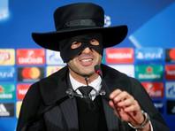 """Тренер """"Шахтера"""" явился на пресс-конференцию Лиги чемпионов в костюме Зорро"""