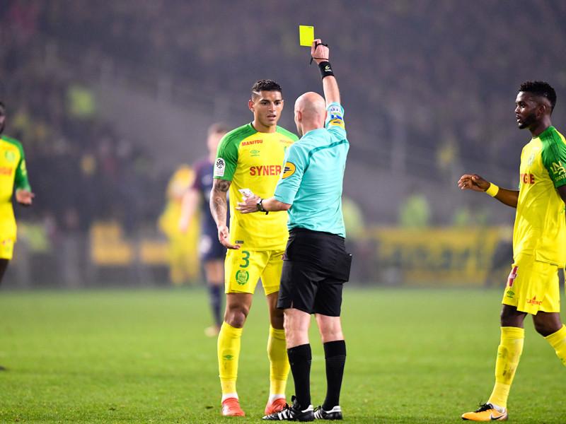 Во Франции арбитр ударил и удалил футболиста, сбившего его с ног