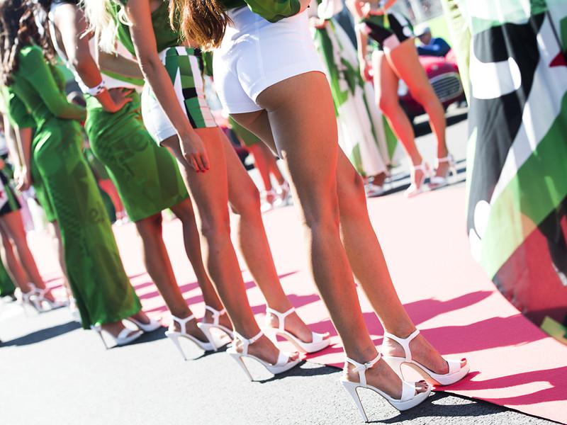 """Новые владельцы автогонок в престижном классе """"Формула-1"""" приняли решение отказаться от традиционной практики использования девушек с модельной внешностью для представления команд на стартовой решетке перед началом Гран-при"""