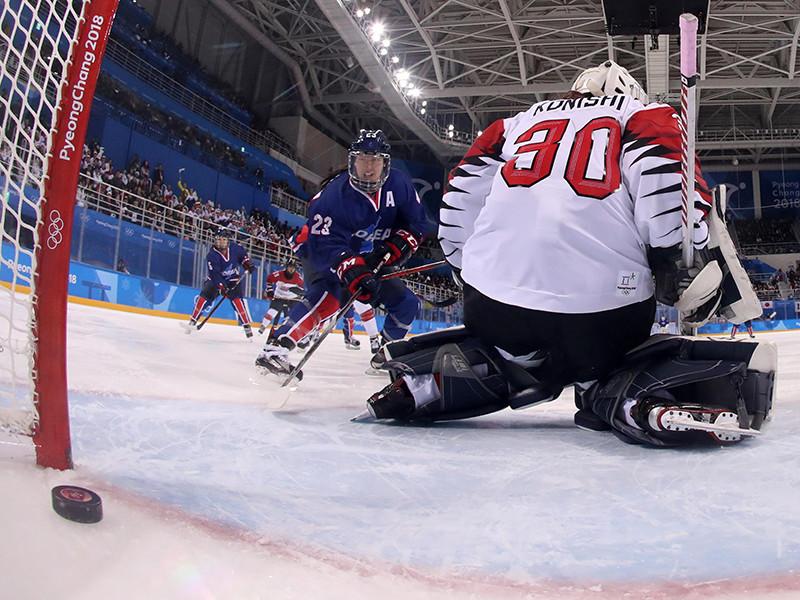 Женская сборная Кореи по хоккею, в которой объединились представительницы Южной Кореи и КНДР, сумела забросить первую в своей истории шайбу на олимпийском турнире в Пхенчхане