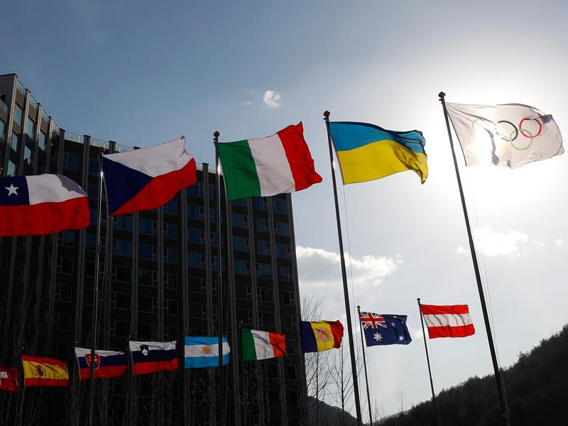 В материале отмечается, что решение исполкома МОК позволить россиянам конкурировать на Играх-2018 в качестве нейтральных атлетов не было единодушно принято в спортивном мире