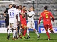"""Футболисты французского """"Осера"""" подрались между собой во время матча и были удалены (ВИДЕО)"""