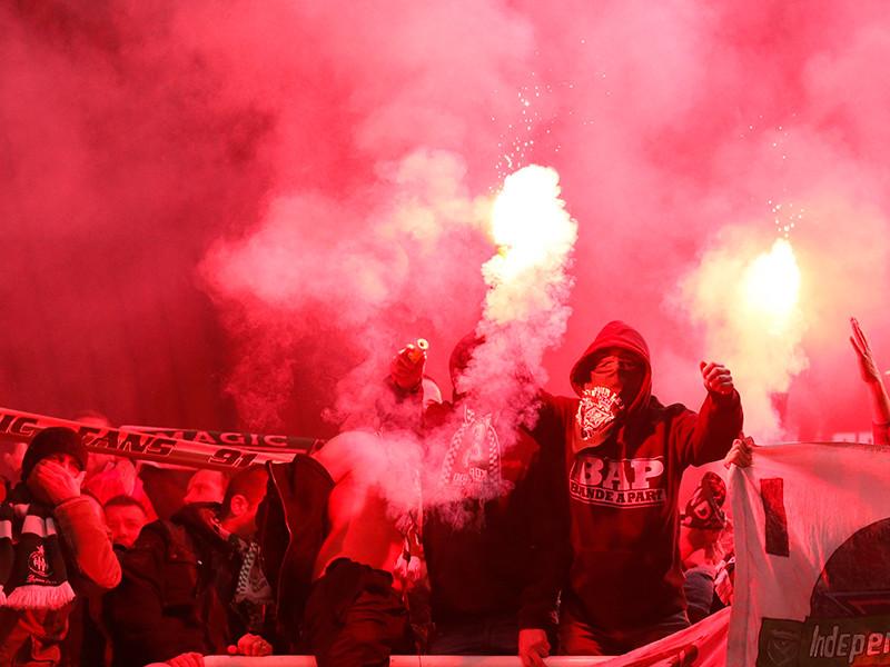 Федерация футбола Австралии планирует предоставить группам активных болельщиков легальную пиротехнику и безопасные дымовые машины, чтобы постараться наладить отношения с фанатами