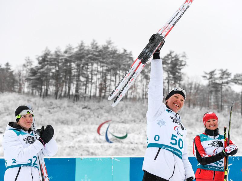 На фото слева направо: Екатерина Румянцева (Россия), завоевавшая серебряную медаль, Анна Миленина (Россия), завоевавшая золотую медаль, и Бриттани Худак (Канада), завоевавшая бронзовую медаль на дистанции 12,5 км среди женщин на XII зимних Паралимпийских играх в Пхенчхане