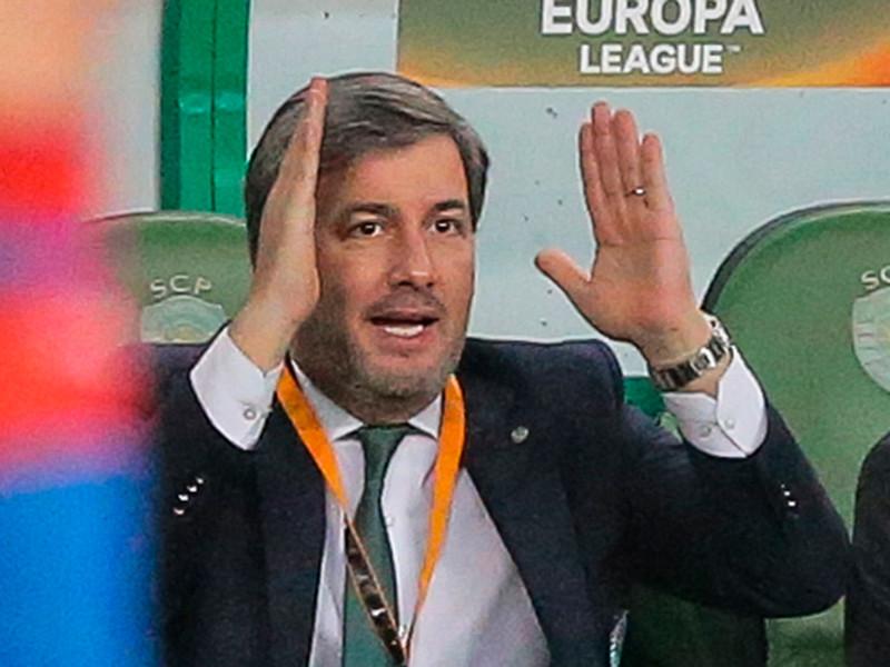 """Президент португальского футбольного клуба """"Спортинг"""" Бруну де Карвалью принял решение отстранить на неопределенный срок 19 игроков, которые выразили недовольство критикой с его стороны"""