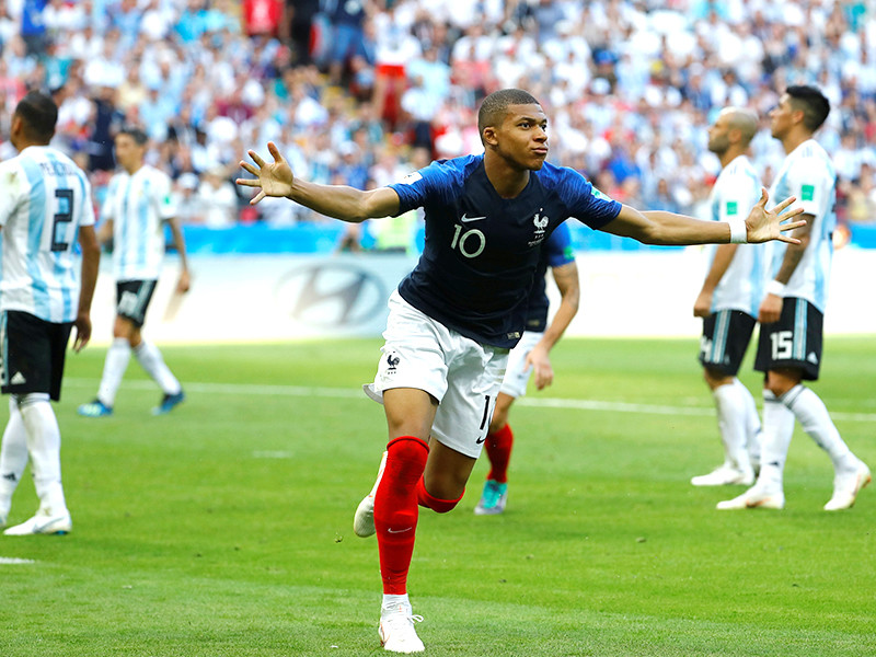 В Казани состоялся матч 1/8 финала чемпионата мира по футболу, в котором сборная Франции со счетом 4:3 победила команду Аргентины. Героем встречи стал французский нападающий Килиан Мбаппе, заработавший в первом тайме пенальти и забивший после перерыва два мяча
