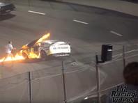 Отец пилота NASCAR во время гонки спас сына из горящей машины (ВИДЕО)