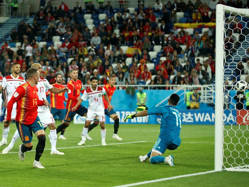 Гол Яго Аспаса в добавленное ко второму тайму время позволил испанцам занять первое место в группе B
