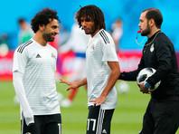 Слева направо: Мохаммед Салах и Мохамед эль-Нени на поле перед матчем группового этапа чемпионата мира по футболу между сборными России и Египта