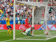 Игрок сборной Англии Деле Алли забивает второй мяч в ворота сборной Швеции