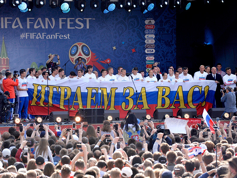 Российские футболисты прибыли в столичную фан-зону на встречу с поклонниками