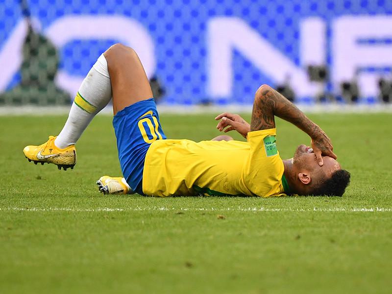 Поведение главной звезды сборной Бразилии по футболу Неймара в матче с командой Мексики (2:0) горячо обсуждается в соцсетях. По ходу матча форварду часто доставалось по ногам едва ли не каждый подобный эпизод становился поводом для остановки игры