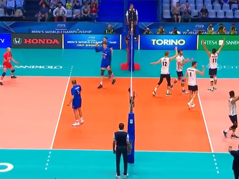 Сборная России проиграла команде США во втором матче третьего группового раунда чемпионата мира по волейболу среди мужских команд и завершила борьбу за медали турнира