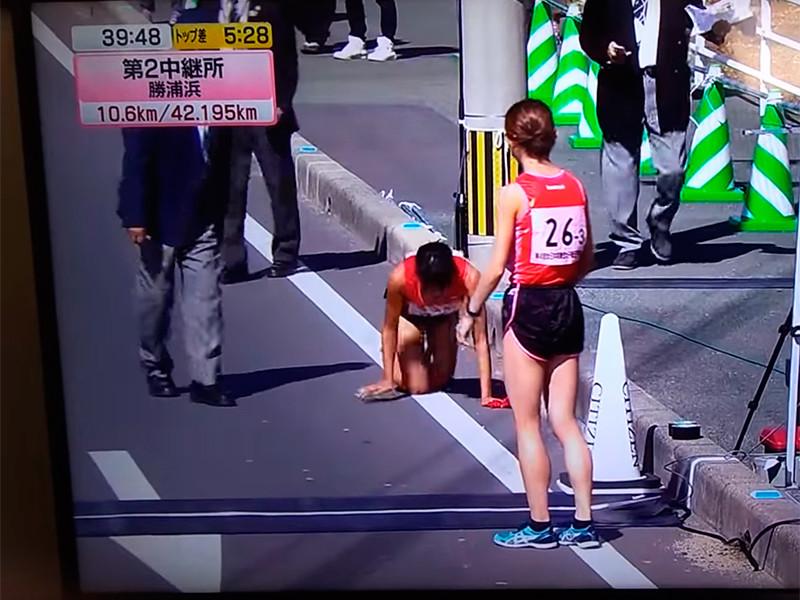 Японская бегунья приползла к финишу марафона со сломанной ногой