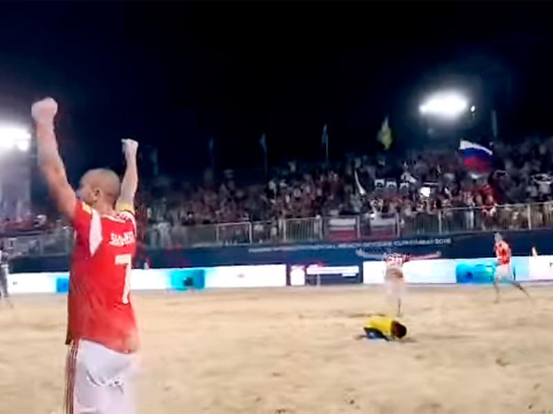 В Дубае cборная России по пляжному футболу победила команду Бразилии в полуфинале Межконтинентального Кубка. Основное время закончилось со счетом 4:4, в дополнительное время стороны обменялись голами, а в серии пенальти сильнее оказались наши соотечественники - 3:1