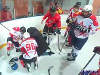 Тренер хоккейной команды реанимировал игрока после неудачного силового приема