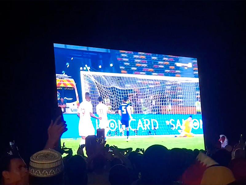 Футболисты сборной Японии прибрались в раздевалке после проигрыша в финальном матче Кубка Азии команде Катара со счетом 1:3