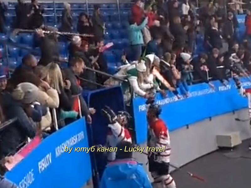На Универсиаде в Красноярске болельщик украл клюшку у канадского хоккеиста