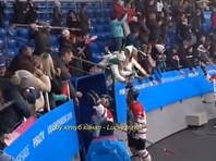 На Универсиаде в Красноярске болельщик украл клюшку у канадского хоккеиста (ВИДЕО)