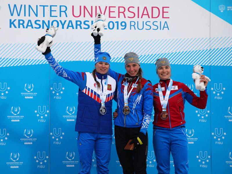 Российские биатлонистки заняли весь пьедестал почета в женской спринтерской гонке на зимней Универсиаде, которая проходит в Красноярске. Более того, хозяйки трассы заняли в гонке первые шесть мест, несмотря на обилие промахов