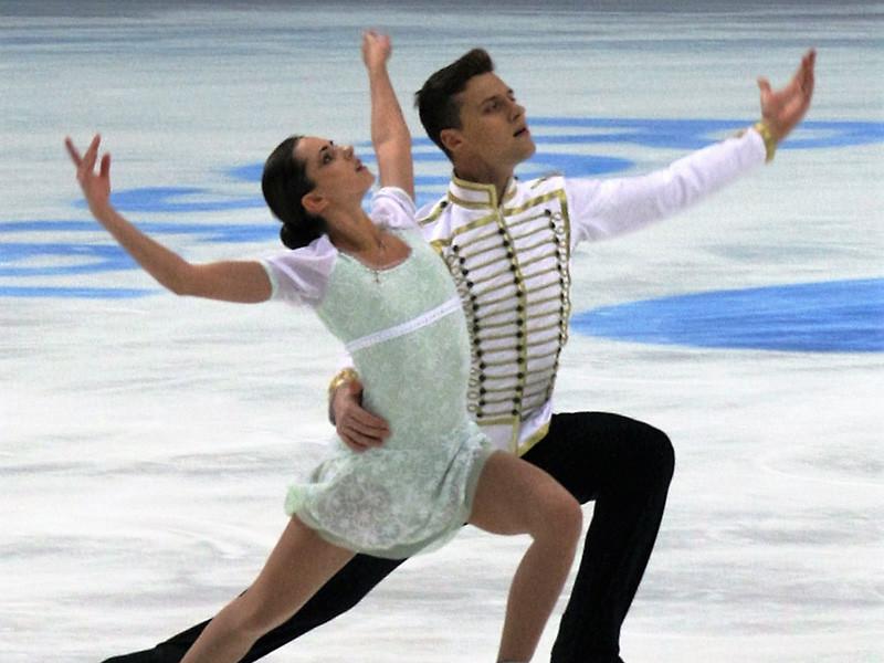 Российская пара фигуристов Наталья Забияко - Александр Энберт заняла первое место в короткой программе на командном Кубке мира в японской Фукуоке, получив от судей 75,80 балла, что является их лучшим результатом в карьере