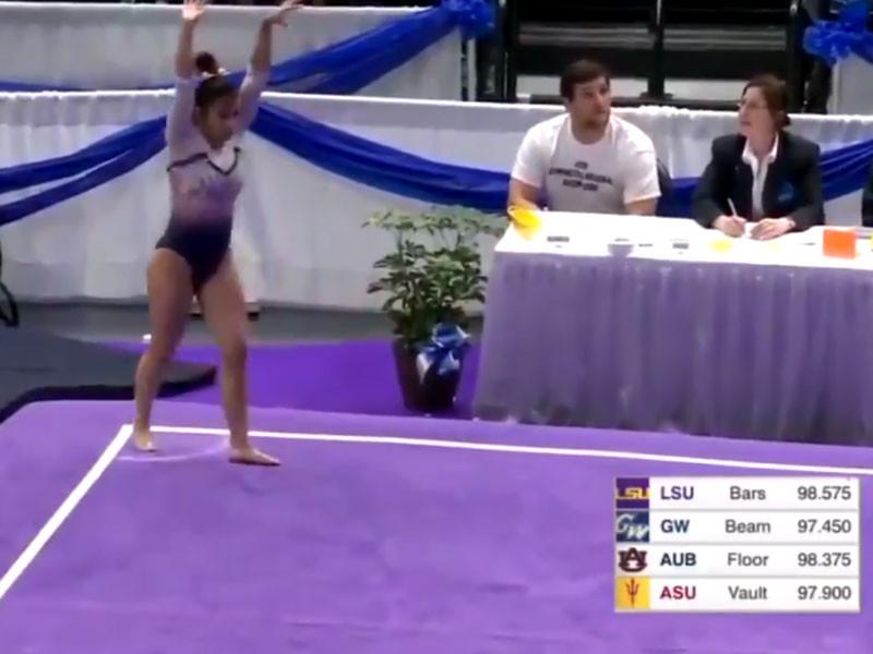 Американская гимнастка сломала обе ноги после кошмарного падения