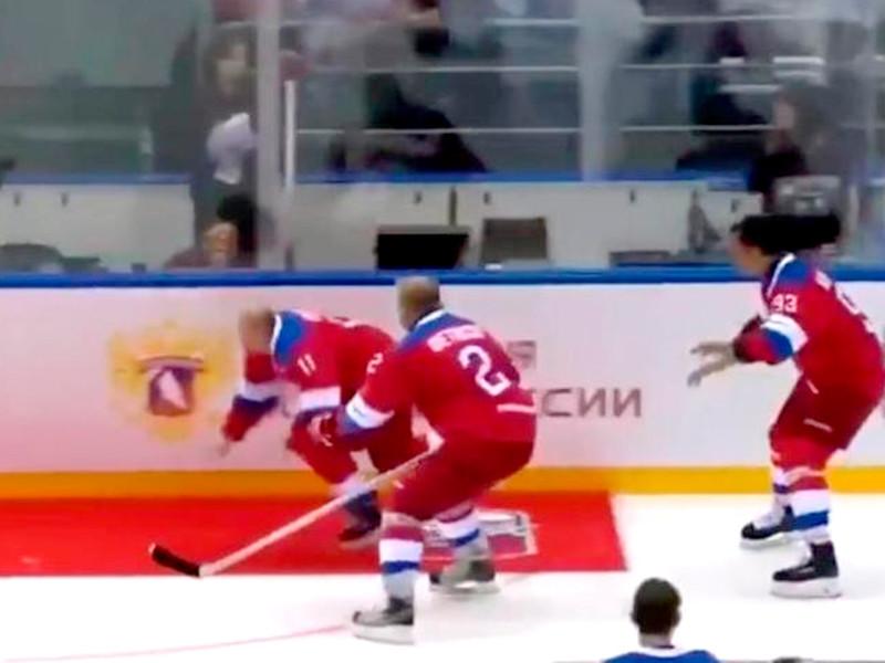 Хоккейный триумф Путина поблек: как ни поддавались соперники, он забил 8 шайб, а не 10, и упал во время круга почета