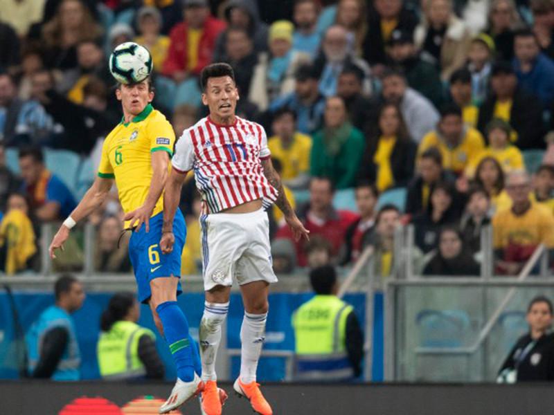 Футболисты сборной Бразилии в серии пенальти четвертьфинального матча домашнего Кубка Америки обыграли команду Парагвая (4:3) и вышли в полуфинал турнира