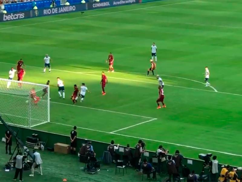 В Рио-де-Жанейро футболисты сборной Аргентины со счетом 2:0 победили команду Венесуэлы в четвертьфинальном матче Кубка Америки благодаря голам Лаутаро Мартинеса (10') и Джовани Ло Чельсо (74')