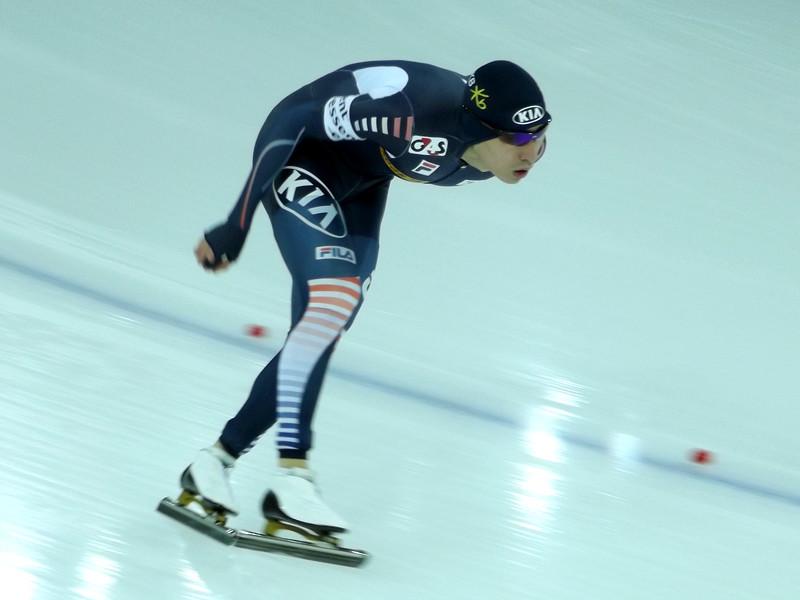 Двукратный олимпийский чемпион по конькобежному спорту кореец Ли Сын Хун получил годичную дисквалификацию за неоднократное нанесение телесных повреждений младшим партнерам по команде