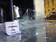 На центральной улице Парижа хулиганы разбили витрины нескольких бутиков, а на авеню де ла Гранд Арме напали на автосалон и угнали дорогостоящие транспортные средства