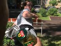 Россиянка поучаствовала в Bottle Cap Challenge, открыв ногой банку огурцов