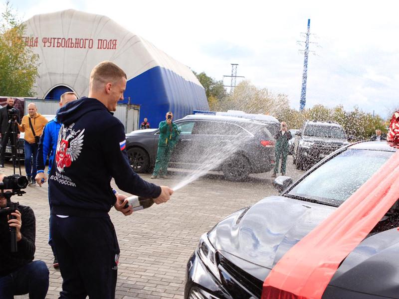 Федерация бокса России вручила чемпионам мира сертификаты на пять миллионов рублей и ключи от новых автомобилей