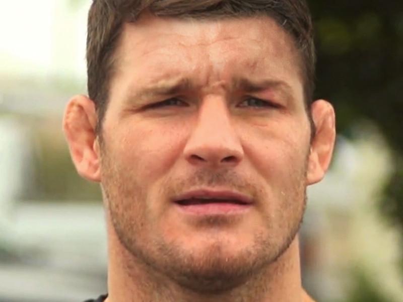 Легендарный британский боец UFC Майкл Биспинг наглядно продемонстрировал, почему в последнее время носит темные очки на публичных мероприятиях