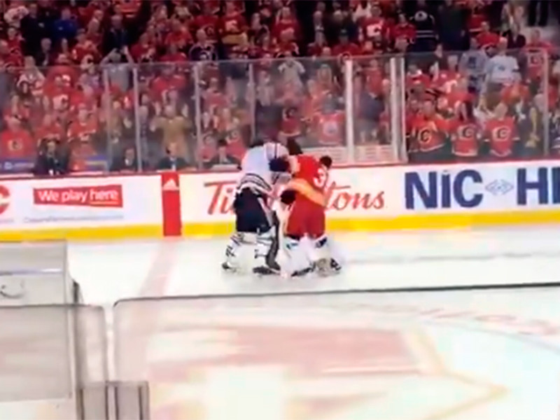 """В матче регулярного чемпионата НХЛ """"Калгари"""" на своем льду уступил """"Эдмонтону"""" со счетом 3:8. В конце второго периода произошла массовая драка с участием игроков обеих команд, она завершилась поединком вратаря """"Калгари"""" Кэма Тальбо и голкипера """"Эдмонтона"""" Майка Смита"""