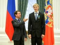 Дмитрий Медведев вручает Андрею Сильнову орден Дружбы