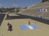 Греки по-быстрому передали олимпийский огонь японцам на пустом стадионе в Афинах