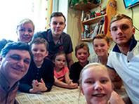 """Семь братьев и сестер, среди которых три игрока сборной России, показали, как тренируются в московской """"двушке"""" в самоизоляции"""