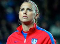 Американская футболистка приседает с гирей на последнем месяце беременности (ВИДЕО)