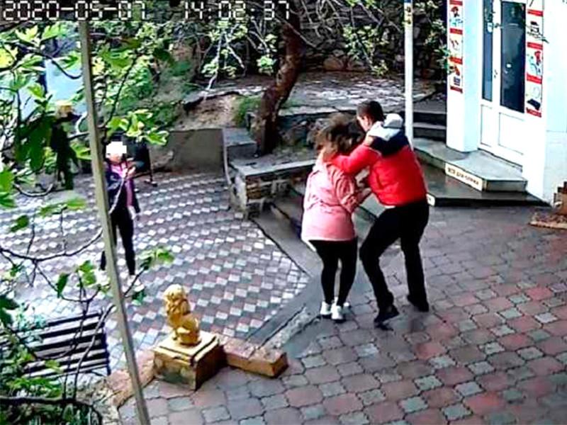 Тренер ММА избил в Крыму продавщицу, которая попросила его надеть медицинскую маску (ВИДЕО)