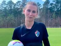 Американская футболистка отказалась вставать на колени при исполнении гимна