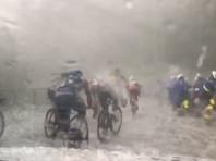 Во Франции на участников и зрителей велогонки обрушился сильнейший град