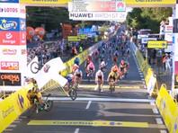 """Голландский велогонщик Фабио Якобсен получил тяжелые травмы в результате аварии, которая произошла во время спурта в финишном створе первого этапа велогонки """"Тур Польши"""", прошедшего в городе Катовице"""
