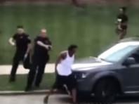 В минувшее воскресенье в городе Кеноша полицейские стреляли в безоружного афроамериканца Джейкоба Блейка, когда тот пытался разнять двух поссорившихся женщин. В машине Блэйка обнаружили нож, а ранее он несколько раз попадал под арест и обвинялся в изнасиловании несовершеннолетней